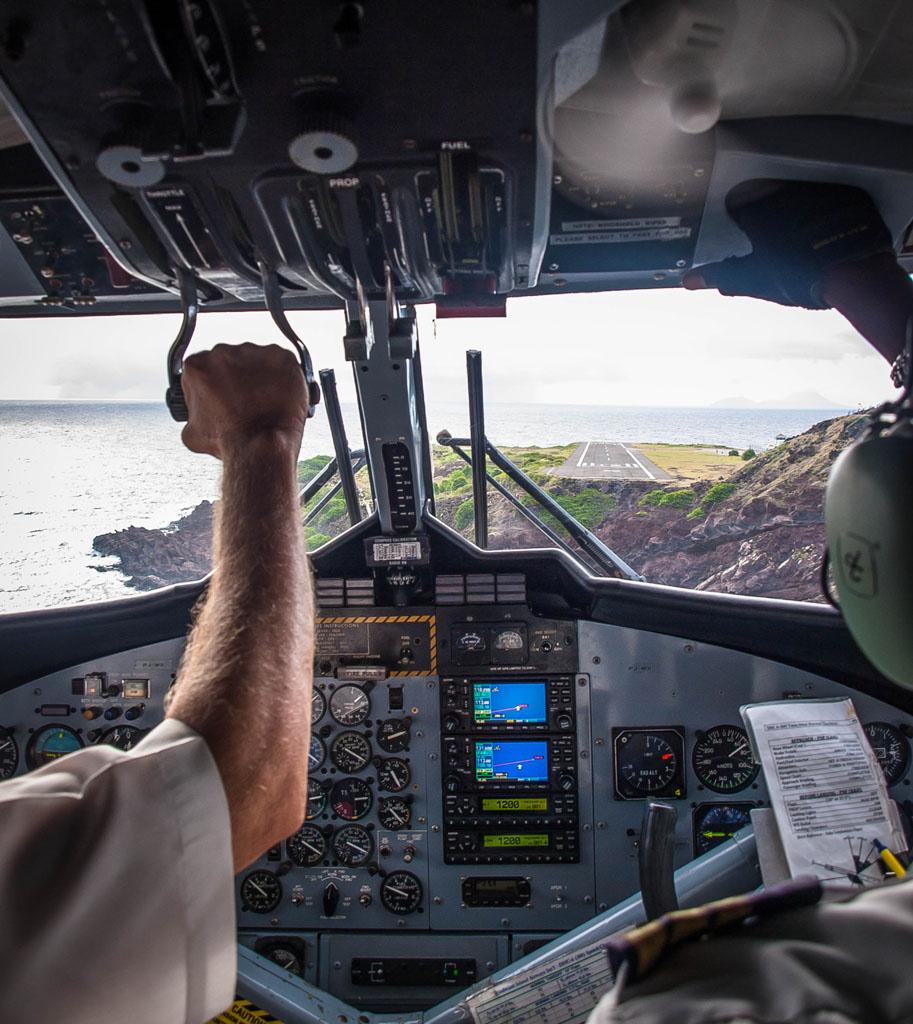landing at juancho yrausquin airport saba