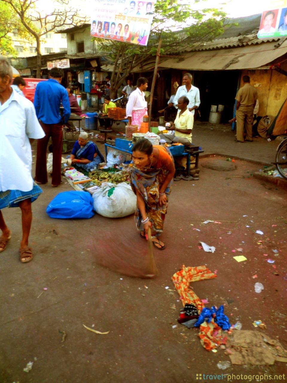 mumbai-street-scene-woman