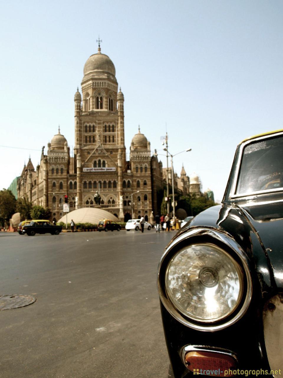 street-scene-taxi-mumbai-crossing